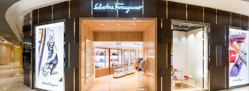 SALVATORE FERRAGAMO riapre il negozio di Singapore a Ion Orchard.
