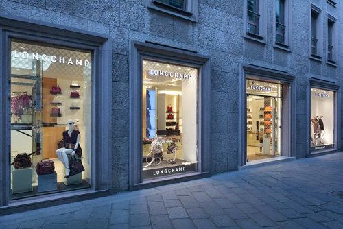 Longchamp ha inaugurato il suo primo negozio italiano a Milano