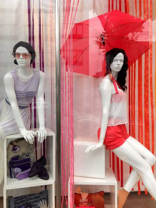 Lena Shockley firma le vetrine American Apparel.