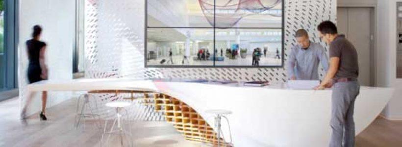 Il tavolo SLO_GEN, realizzato in HI-MACS®, stupisce i visitatori di Gensler a Los Angeles