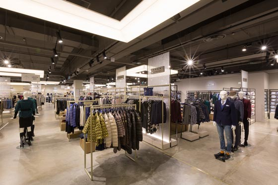The furnishing system, covers 700 sqm dedicated to clothing for men and women, custom made by Effebi