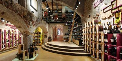 HARPF DRINK SHOP Brunico. Un negozio di vini è anche spazio espositivo e luogo di incontro.