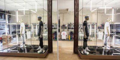 ALUMNI New York – Una vetrina per le scarpe sportive.
