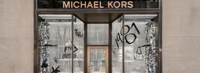 f03ced12bc Vetrine ispirate ai graffiti per il lancio della capsule #MKGO Graffiti
