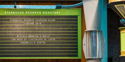"""Starbucks Milano, la comunicazione nel locale """"viaggia"""" sul display a palette Solari"""