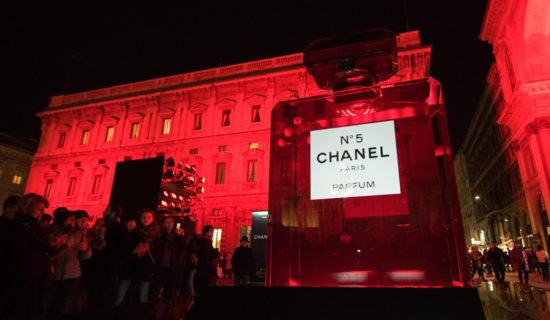 CHANEL illumina di rosso piazza della Scala a Milano.