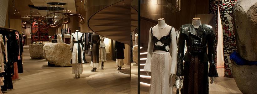 Alexander McQueen inaugura, con un nuovo concept, la boutique di Londra.