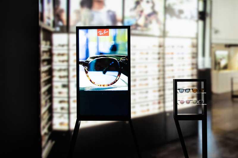 Luxottica showroom con tecnologia digitale