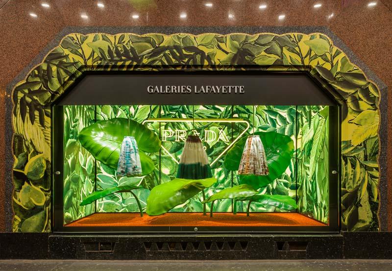 """PRADA """"Hyper Leaves: pop up e vetrine dedicate al mondo della natura selvaggia"""