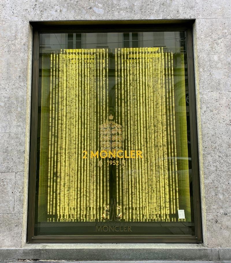 Stripes LED di InformaSistemi  per le vetrine MONCLER
