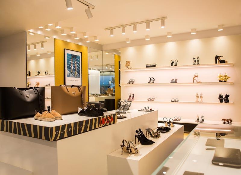 Giuseppe Zanotti ha riaperto le porte della sua boutique di Ibiza con un nuovo look.