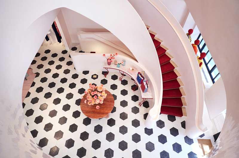 Il noto brand del lusso Carolina Herrera ha incaricato lo Studio Spacemith per la ristrutturazione del flagship store di tre piani, situato a Madison Ave