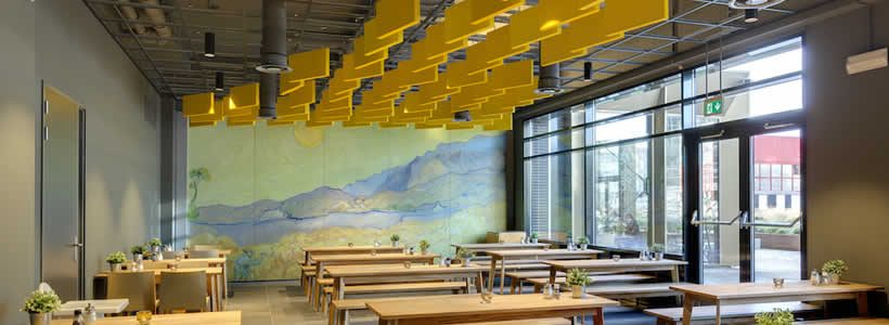 Il soffitto di Van Gogh dell'Hotel Meininger di Amsterdam orienta i visitatori